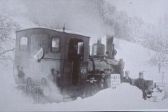 UeBB. Lok 401 mit Schneeräumungsequippe unterwegs