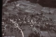 Flugaufnahme Adetswil, vor 1960, Haus Capero noch nicht aufgebaut