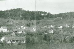 Schulhaus und Dorf