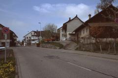 Dorfeingang, rechts Käserei, links Post