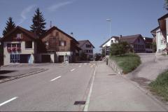 Beim Dorfeingang, links Post