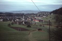 Blick von der Steig (unterhalb Kiesgrube) auf Skilift, Hüttenacker, Kirche, Letten