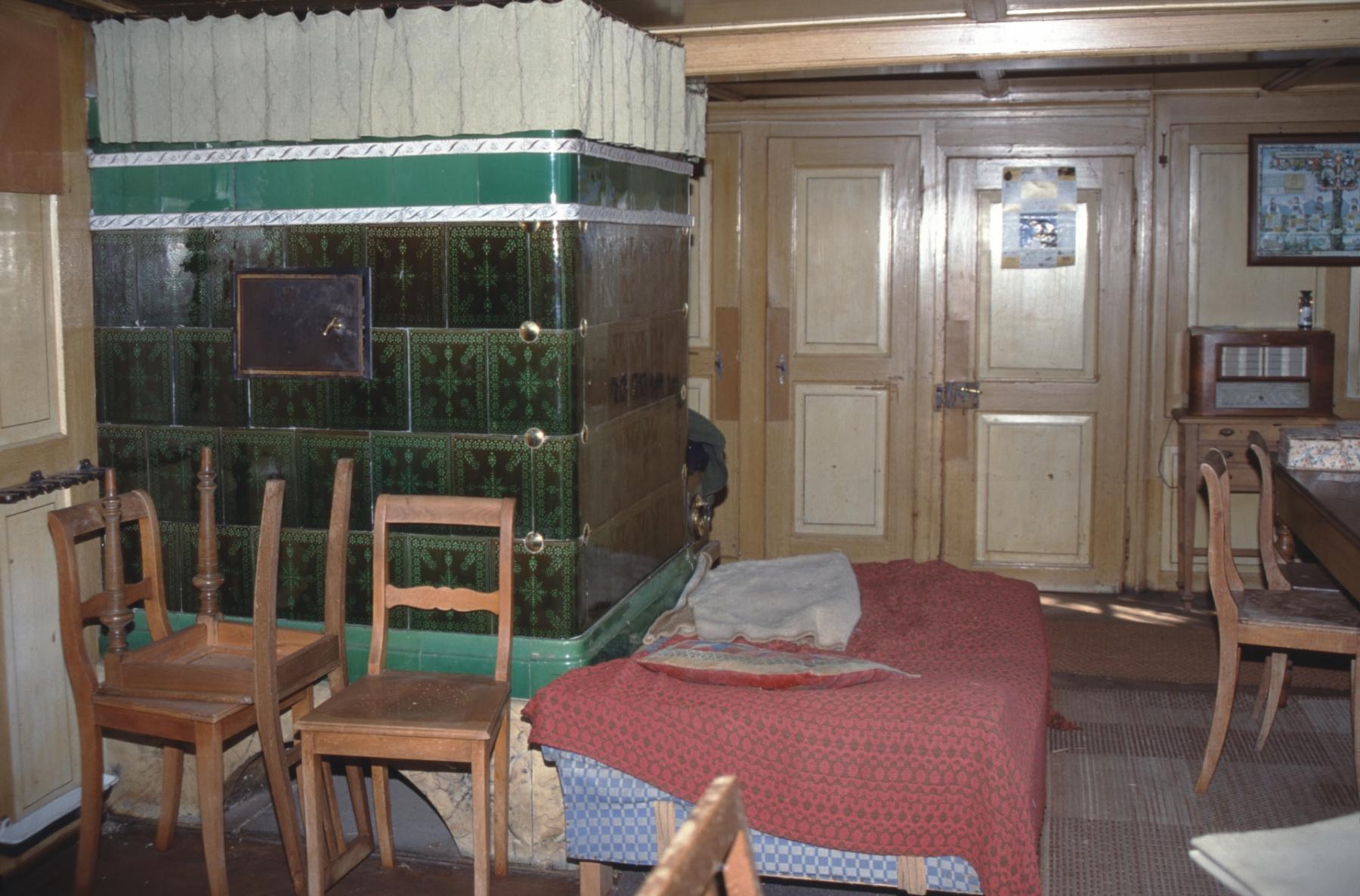 Haus Walder, Wirtsstube mit Kachelofen