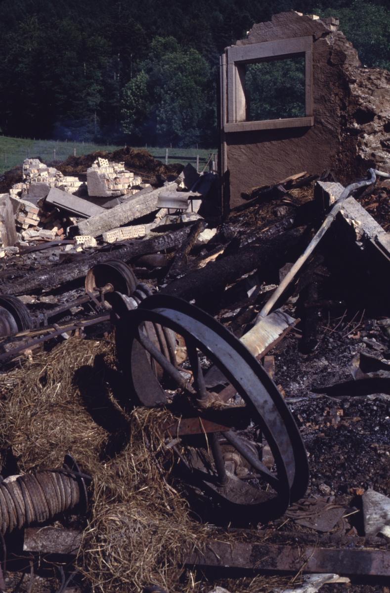 Brandreste der Scheune im Obis