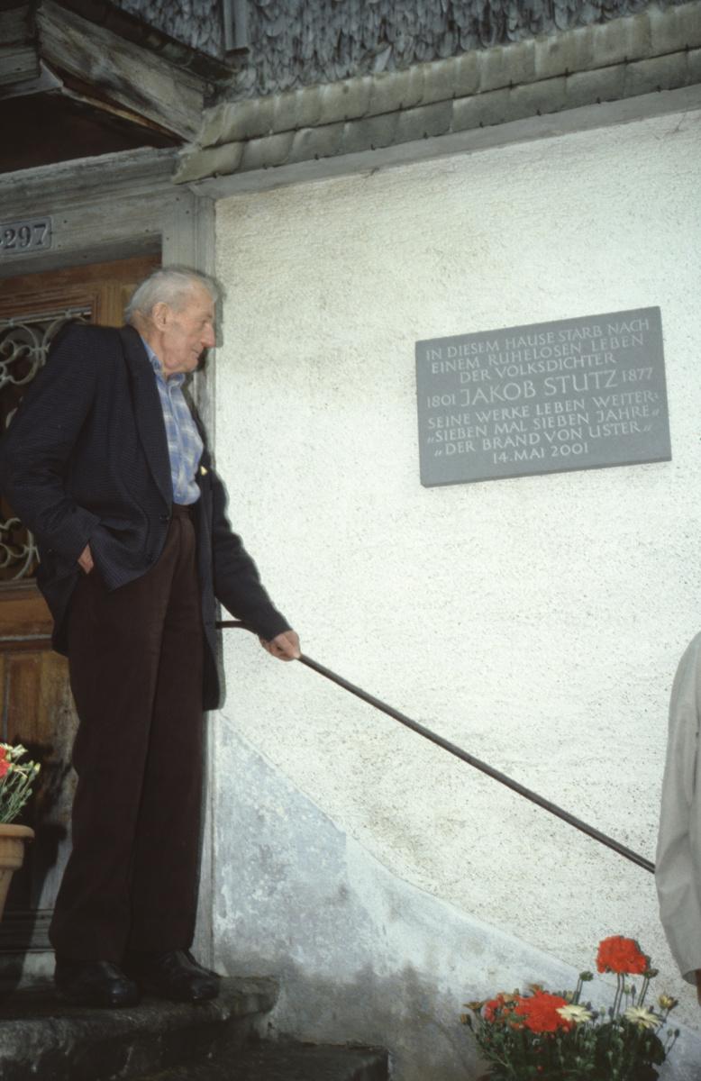 der kranke Fritz Walder (geb. 1918) und Gedenktafel