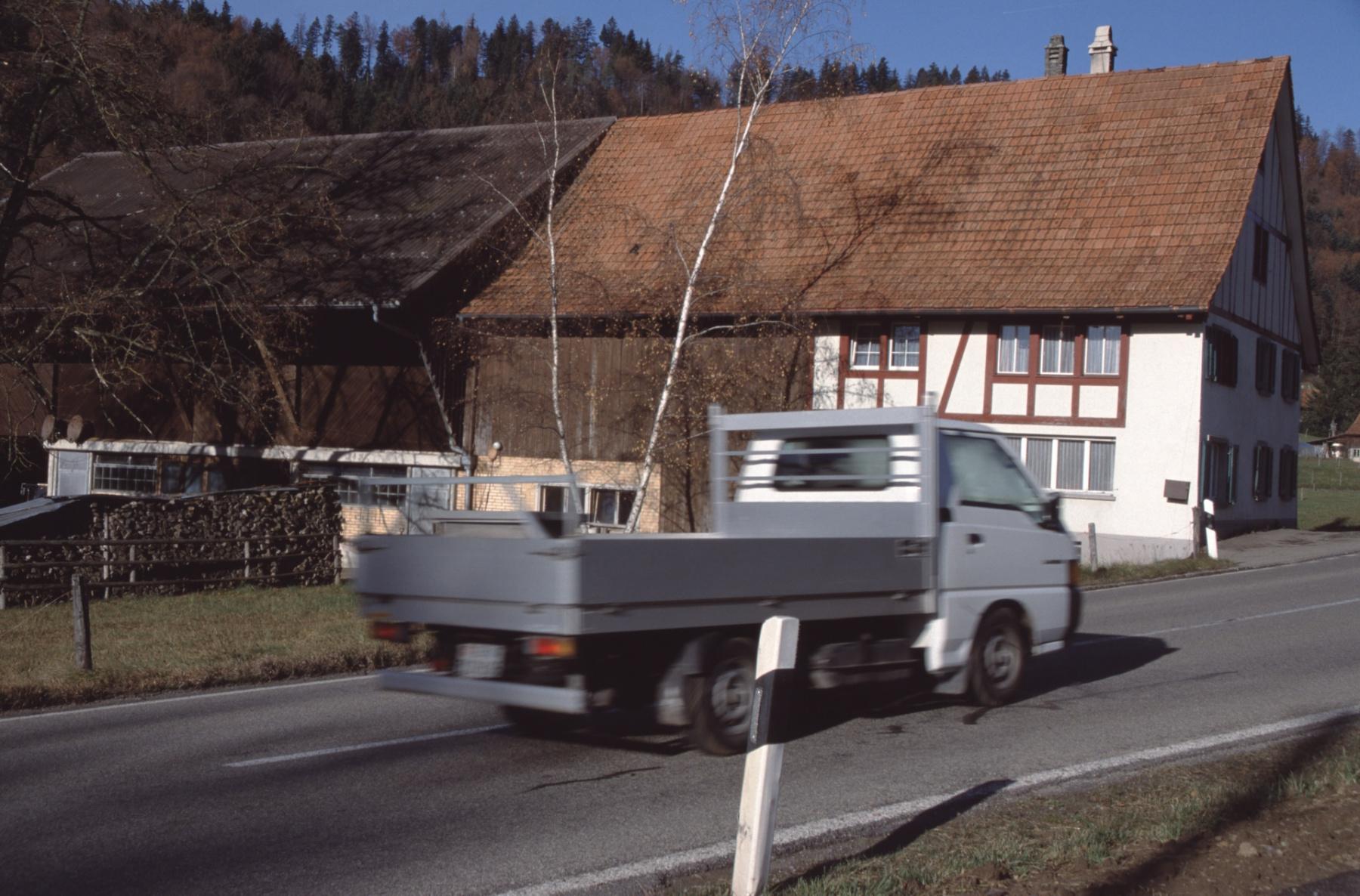 Lastauto beim Haus Gredig