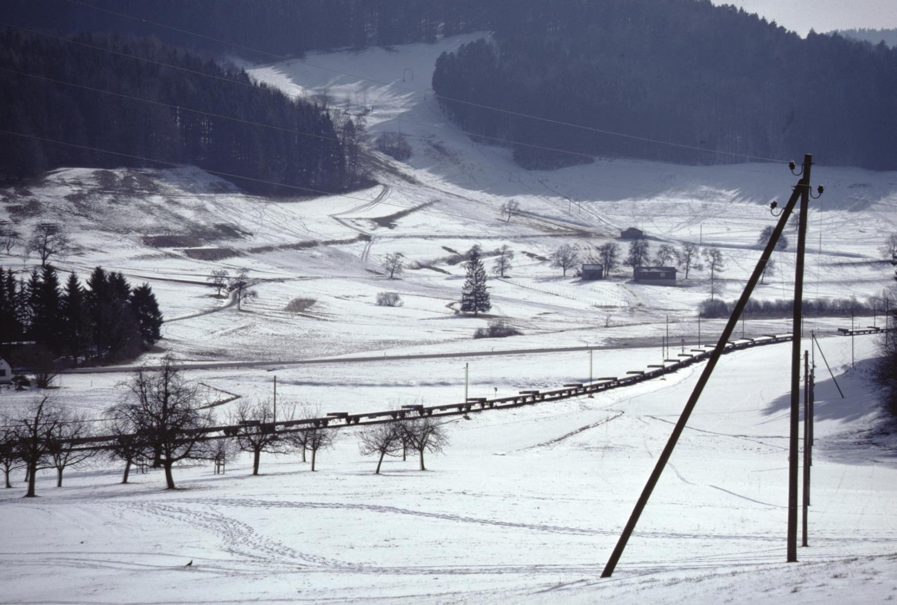 Winter, abgestellte Bahnwagen der SBB auf der Bahnstrecke Neuthal-Bauma
