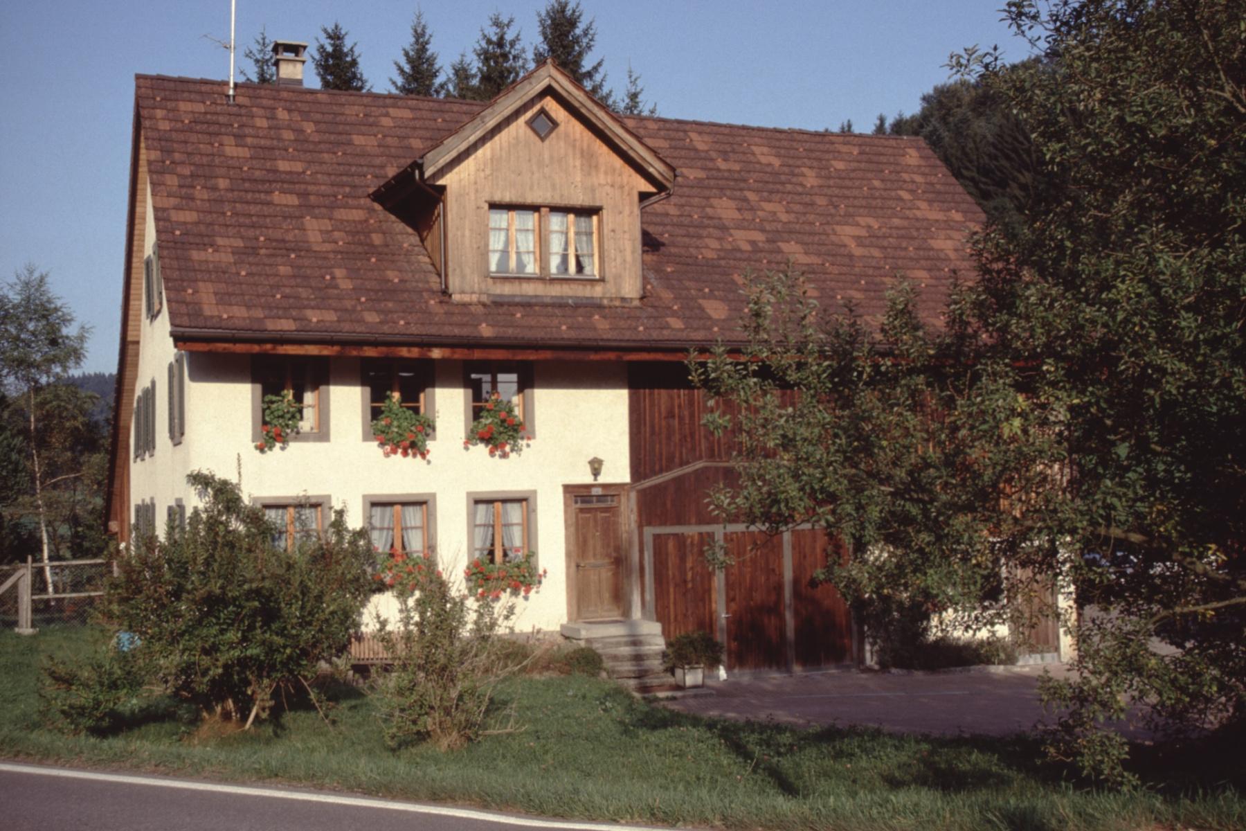 Haus zw. Restaurant & Sägerei