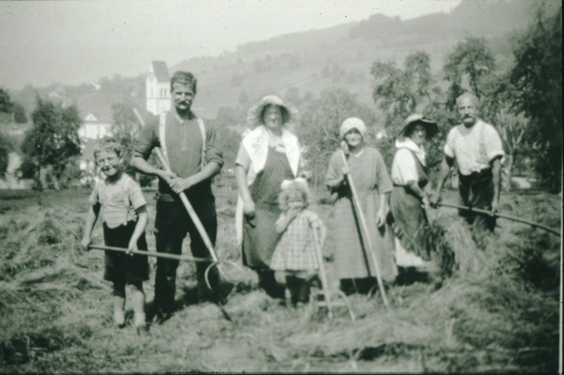 lk  Dachdecker u. Kirchenpfleger Jakob Schelldorfer-Egli mit Frau und den Kindern Köbi und Alice sowie Grosi beim Heuen im Hüttenacher