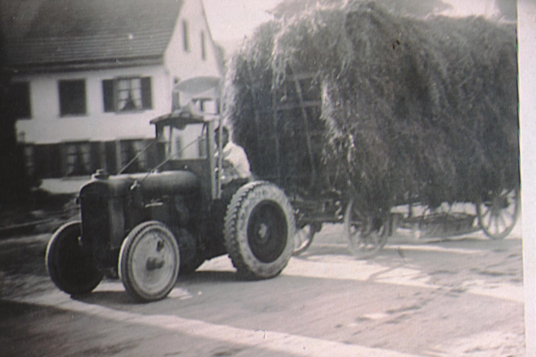 Heufuder von Traktor gezogen, Walter Stoessel