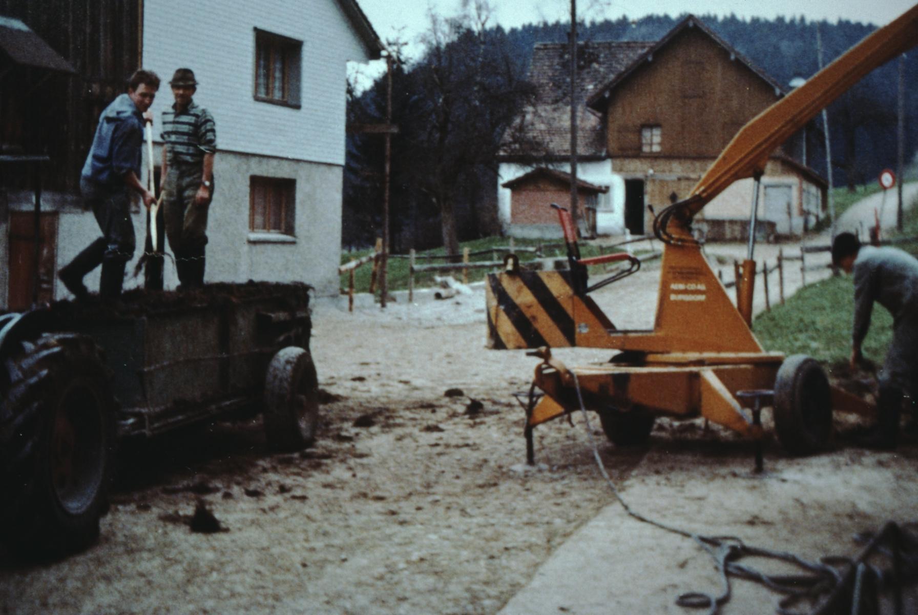 Fritz Jung + Christian Hauser auf dem Mistzettler, Ueli Hauser beim Mistkran
