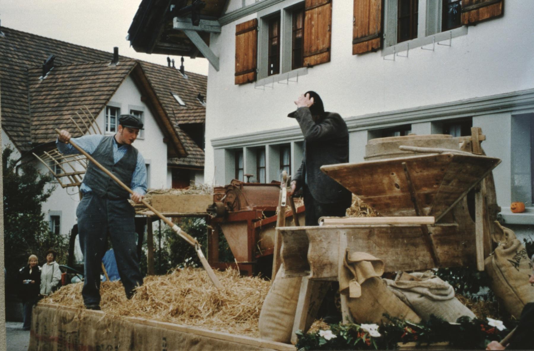 Jubiläumsumzug 100 Jahre Viehzuchtgenossenschaft, Dreschen