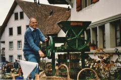 Umzug 100 Jahre Viehzuchtgenossenschaft, Dölf Fenner beim Mosten