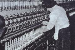 Frauenarbeit an der Spinnmaschine