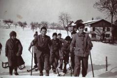 Winter, Kinder mit Skis und Schlitten