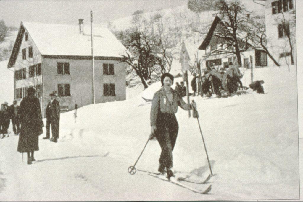 Als Bäretswil noch ein Winter-Tourismus Gebiet war. Skifahrerin auf der Strasse in Wappenswwil.