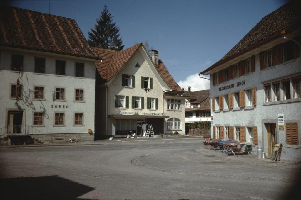 Der Dorfplatz ist das Herz von Bäretswil. Hier befinden sich die Restaurants Bären und Linde und die Dorfmetzg.
