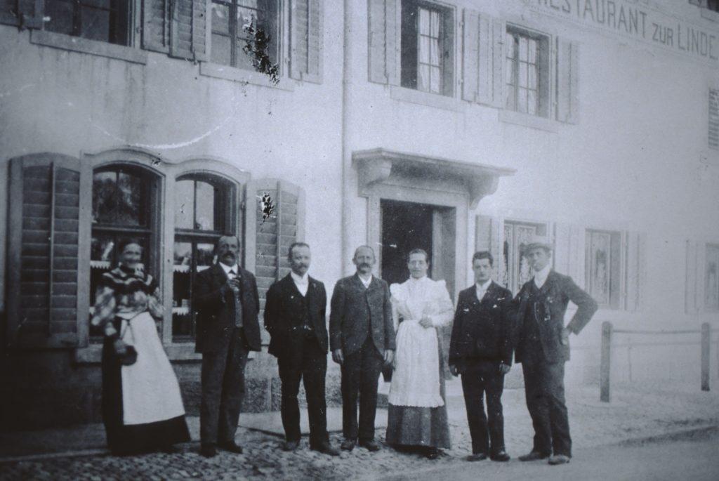 Reihhold Walder (2. v.l.) posiert mit seiner Belegschaft vor dem Restaurant Linde.