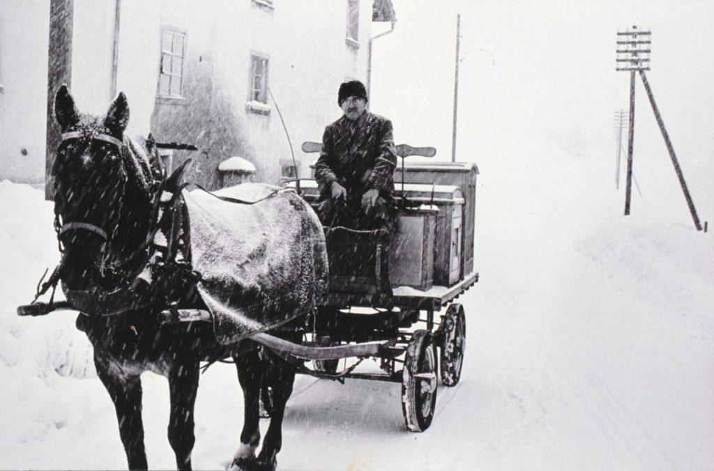 Bäckermeister Theodor Meier 1968 im Alter von 70 Jahren bei Schnee und Hudelwetter mit Ross und Wagen bei der Matt-Bettswil.