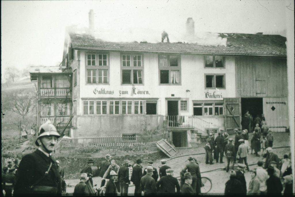 Brand im Gasthaus zum Löwen von 1939. Rechts die dazugehörige Bäckerei. Die meisten Restaurants wurden als Nebenjob betrieben.