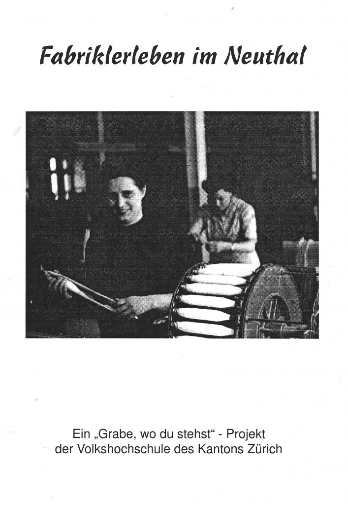 """Frontseite der Broschüre """"Fabriklerleben im Neuthal"""" mit Spinnerinnen."""
