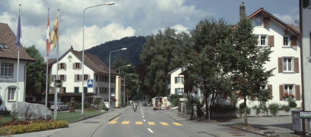 Die Baumastrasse zwischen Gemeindehaus und Gasthaus Linde, 2013, im Hintergrund Greifenberg