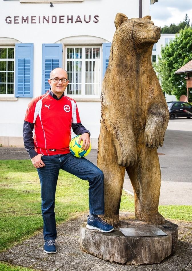 Teo Megliola posiert im Sport Tenue neben dem Bär beim Gemeindehaus.