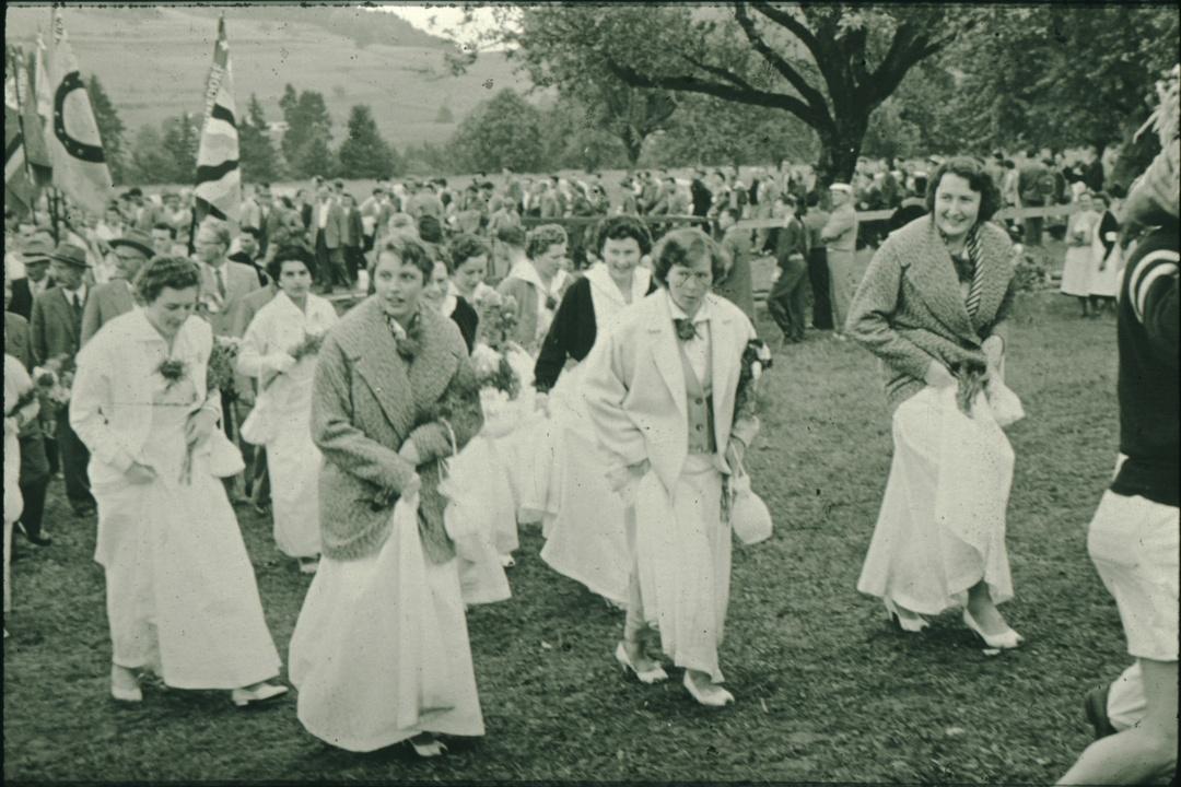 Damenriege Bäretswil beim Festumzug des Verbandsturnfest 1956.