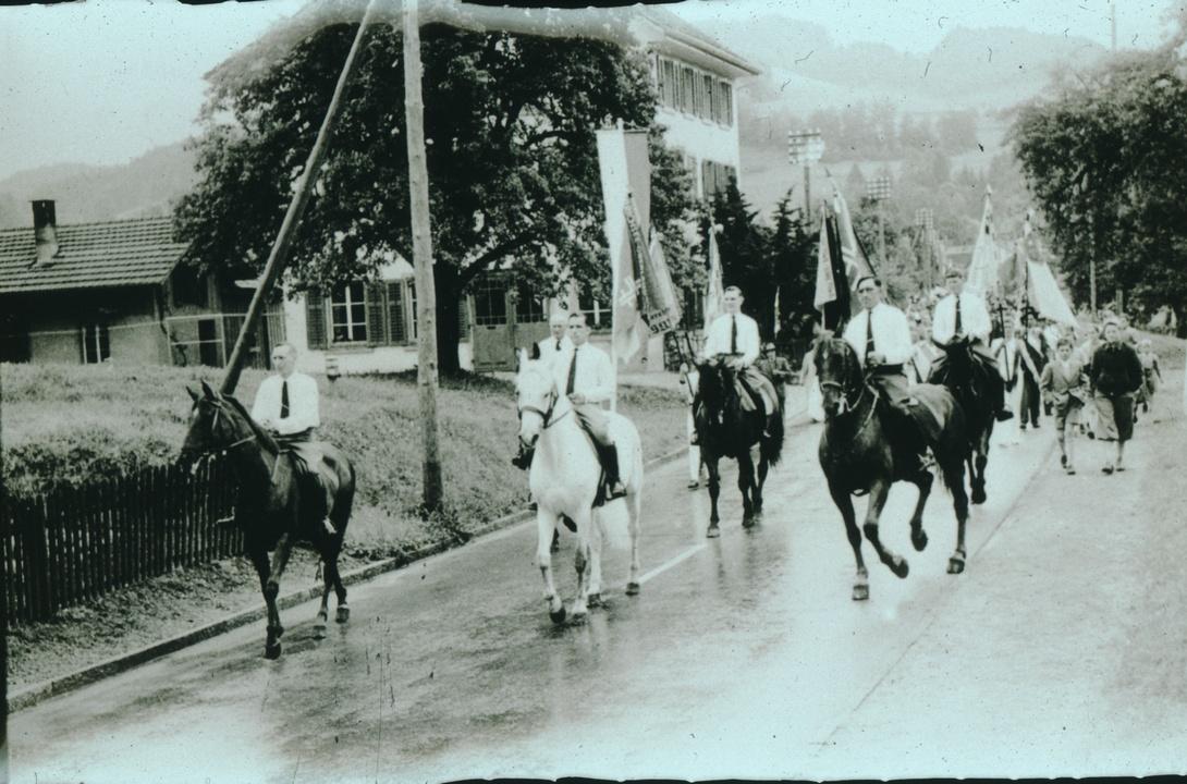 Festumzug mit Reitergruppe zum Verbandsturnfest in Bäretswil.