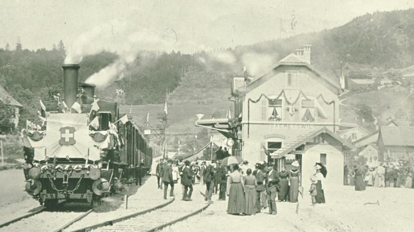 Einweihung der UeBB 1901 in Bäretswil mit Gästen, Dampflok, Bahnhof und Restaurant.