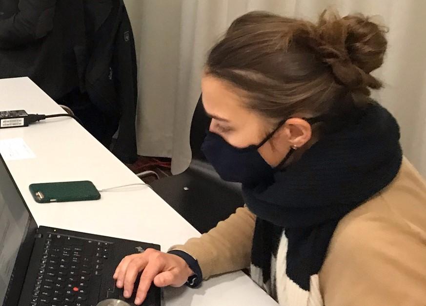 Journalistin mit Corona-Schutzmaske an der GV 2020 in Bäretswil.
