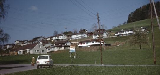 Ansicht auf Aemet von der Bahnhofstrasse her, 1971. Die Engelsteinstrasse ist noch nicht gebaut.