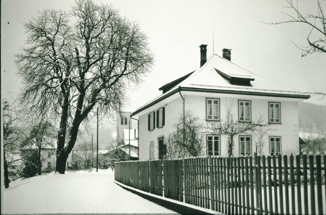 Reformiertes Pfarrhaus mit Kastanienbaum, 1950