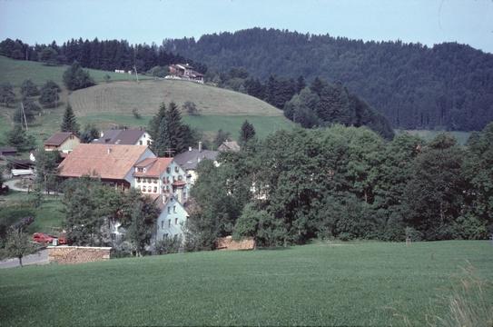 Restaurant «Hinterburg» mit Scheune, oben Stollen (Weg zum Greifenberg), imHG Stoffel, 1991