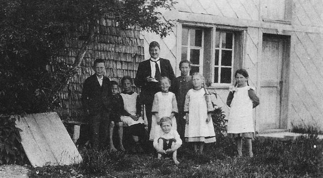 Otto Schaufelberger mit seiner Schulklasse auf Strahlegg um 1920.